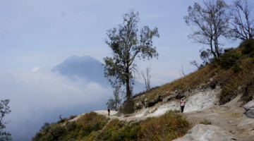climbing Ijen volcano during tour