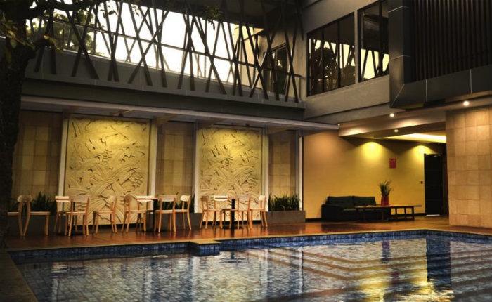 Tunes hotel yogyakarta swimming pool discover your indonesia for Jogja plaza hotel swimming pool