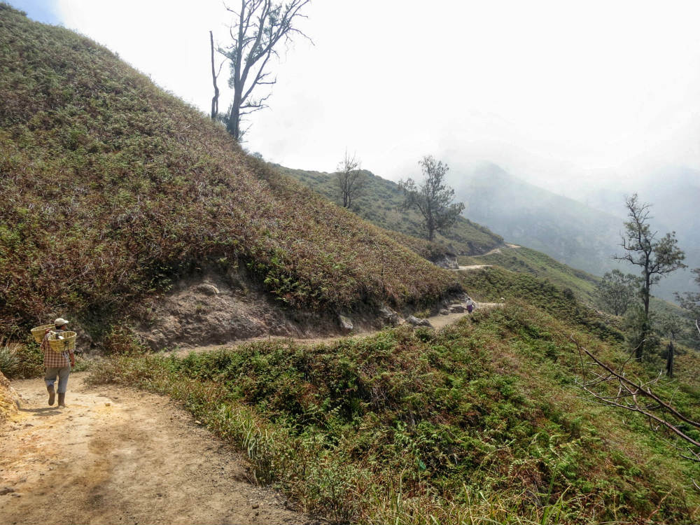 down to ijen crater  (3)