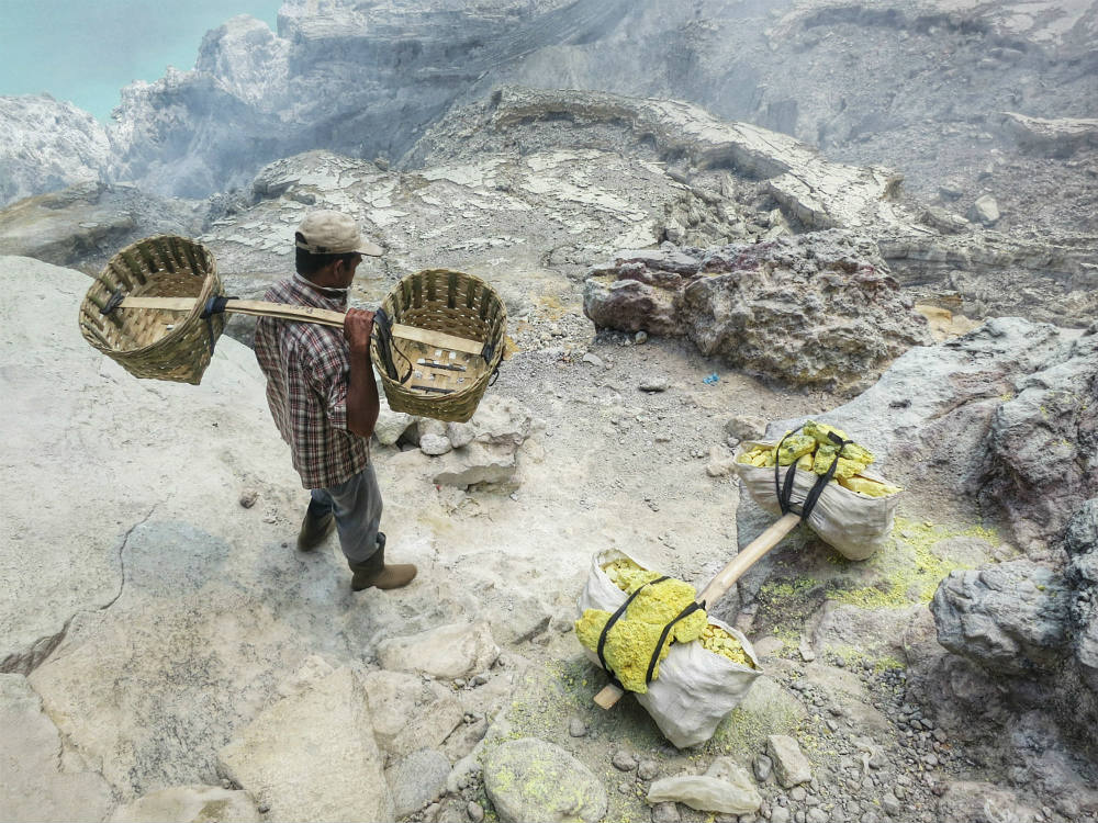 down to ijen crater  (4)